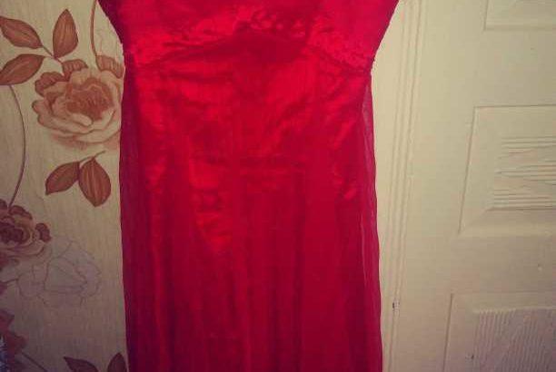 Продаю платье срочно! платье чуть длиннее колен на бретельках.